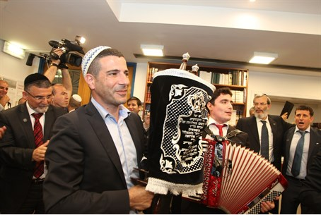Sefer Torah - banned from Knesset?