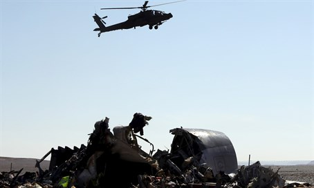Helicopter flies over wreckage of Metrojet Flight 9268