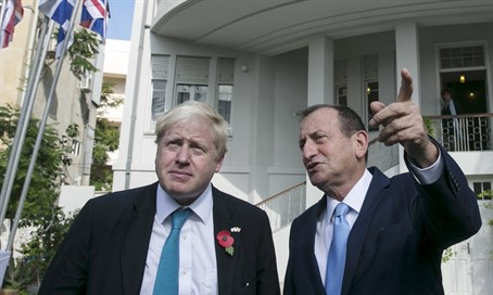 London Mayor Boris Johnson with Tel Aviv Mayor Ron Huldai in Israel