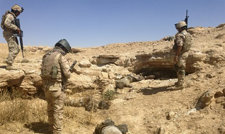 Iraqi soldiers with bodies of ISIS jihadists (file)