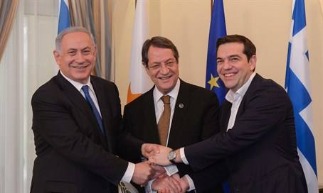 Netanyahu shakes hands with Cyprus president (C) and Greek PM