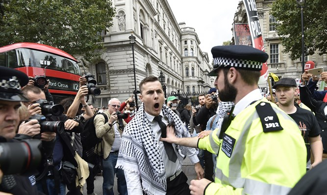 Anti-Israel protesters clash with police in London (archive)