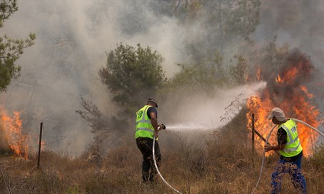 Firefighters battle Jerusalem blaze