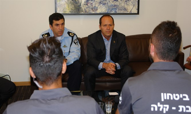 Mayor Barkat and the light rail security guards