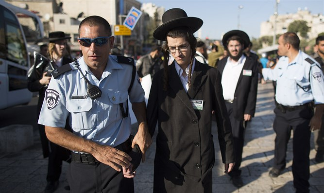 Israel Police and haredim (illustration)