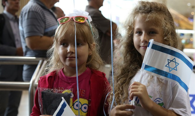 211 olim from Ukraine land in Ben Gurion Airport