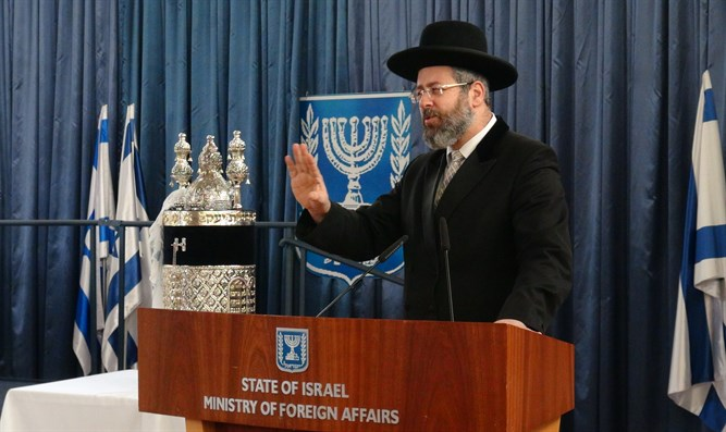 Rabbi David Lau at the ceremony