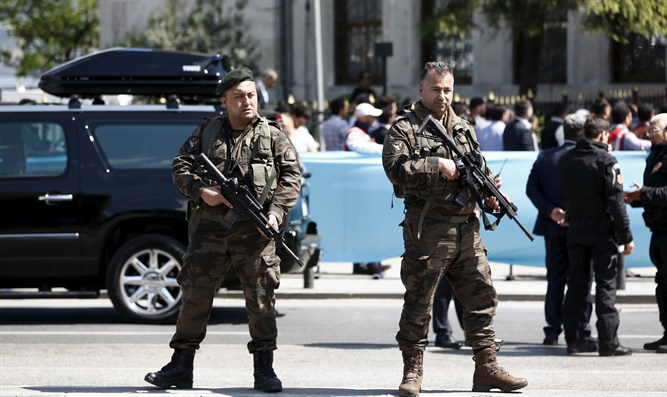 Turkish security forces stand guard in Istanbul (file)