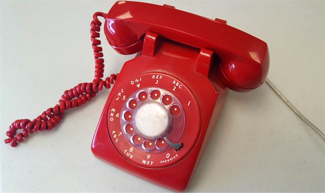Red rotary telephone (illustration)