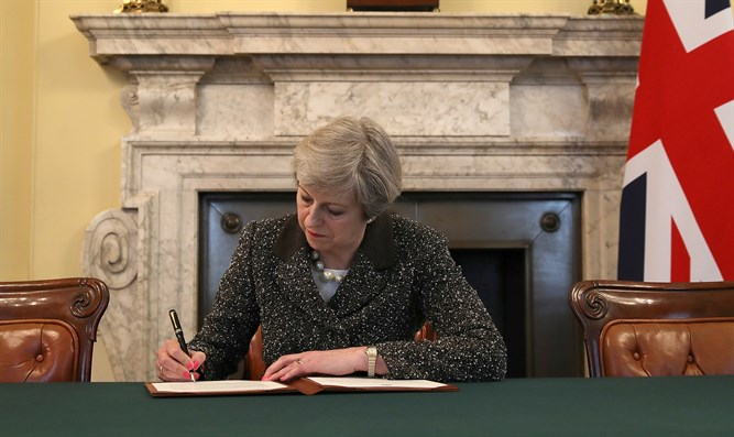 Theresa May signs Brexit letter