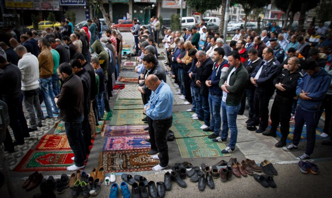 Arabs in Shechem pray in solidarity with hunger striking terrorists