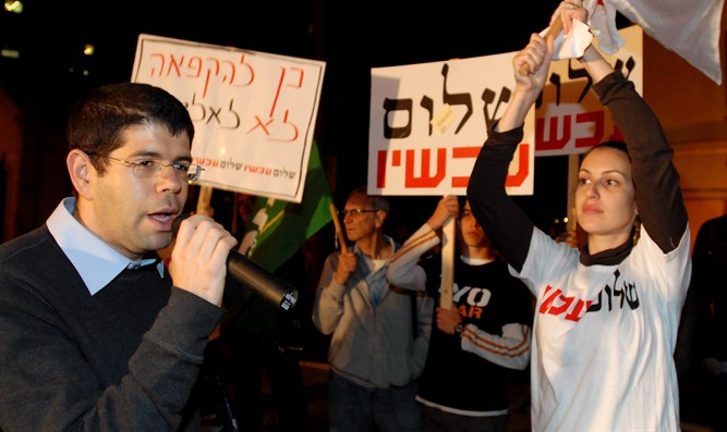 Peace Now activists and leader Yariv Oppenheimer (left) (file)