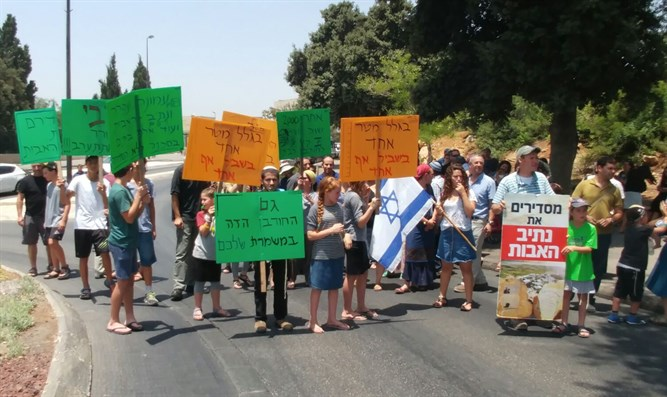 Netiv Ha'avot residents protest demolitions