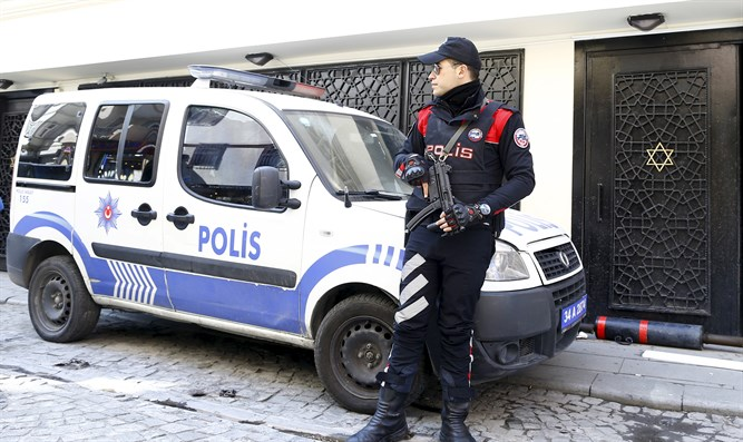 Police officer outside Neve Salom Synagogue in Istanbul (archive)