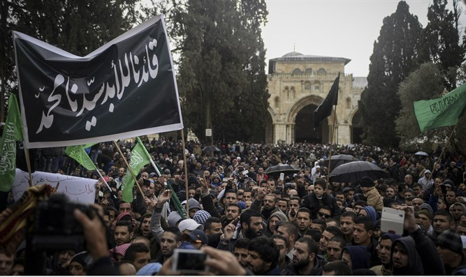 Palestinians on Temple Mount protest Charlie Hebdo after attack