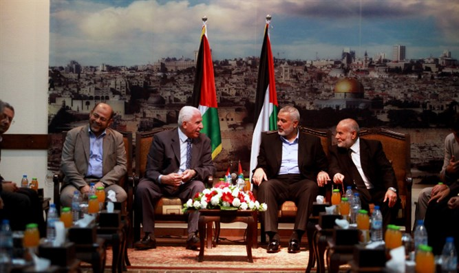 Senior Hamas leaders greet PLO delegation (archive image)