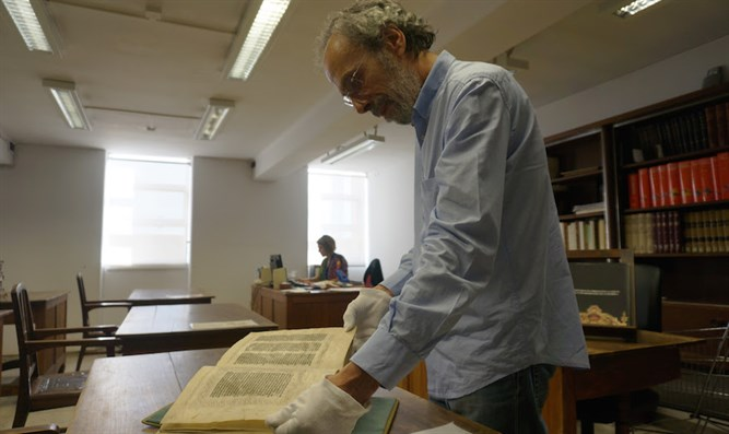 António Eugénio Maia do Amaral presenting the 15th-century Abravanel Hebrew Bible at Portu