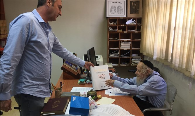 Rabbi Steinsaltz receives new volume