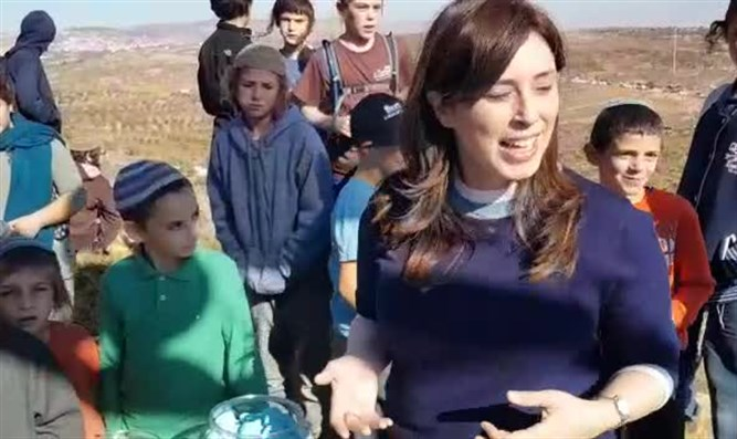 Hotovely with schoolschildren