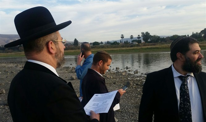 Rabbi Lau leads special prayer for rain on banks of Kinneret
