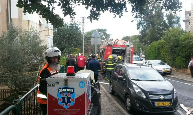 United Hatzalah volunteers responding to the fire on Monday morning