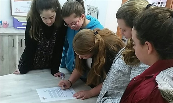 Youth signing letter to PM