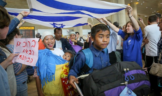 Members of the Bnei Menashe community arrive in Israel