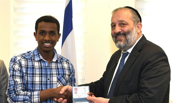 Aryeh Deri gives ID card to Santayehu