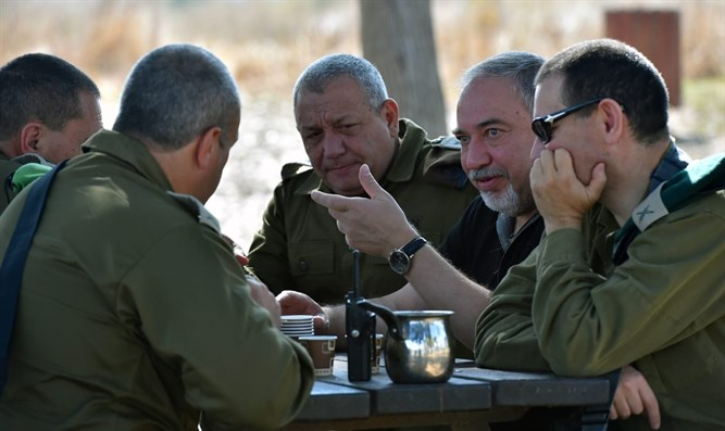 Liberman (2nd from Rt.), Eizenkot (C) at briefing