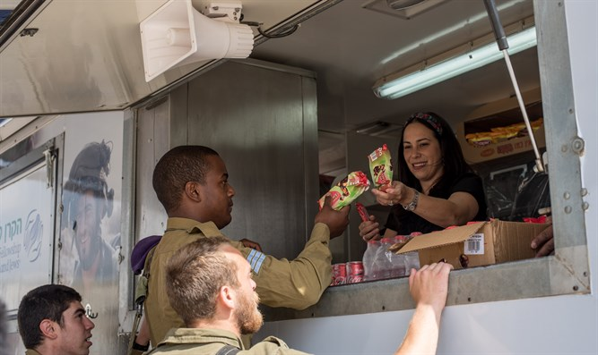 IDF soldiers receive frozen treats from the Fellowship Vehicle