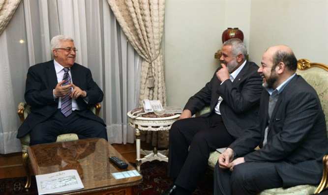 PA's Abbas and Hamas's Haniyeh meet, Feb 2012 (file)