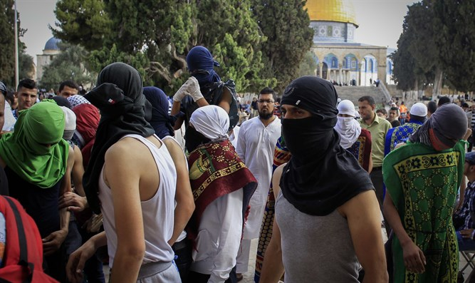 Masked rioters on the Temple Mount (Archive)
