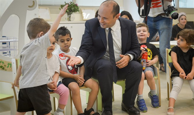 Bennett visits kindergarten for children with cancer and recovering from cancer