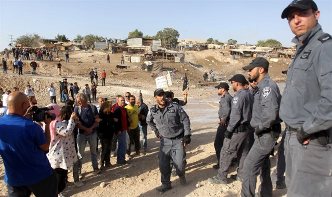 Protesters attempt to block Israeli forces in Khan al-Ahmar