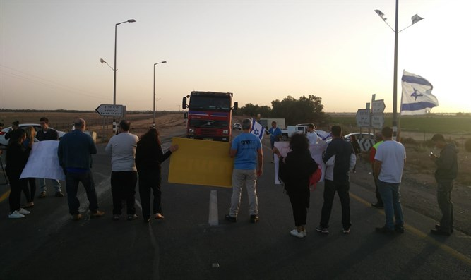 Activists block Kerem Shalom crossing to Gaza