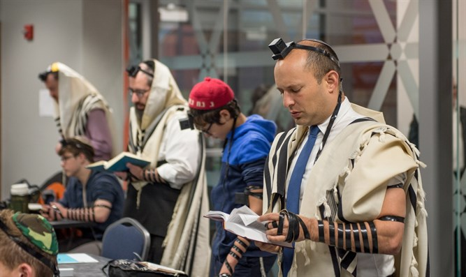 Naftali Bennett prays in Pittsburgh after shooting