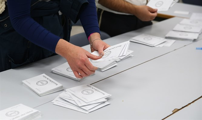 Workers count votes for Municipal Elections