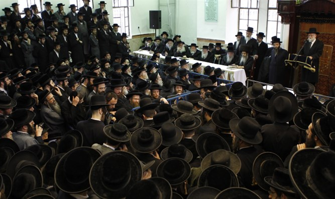 Satmar Hassidim gather for lecture by Grand Rebbe Zalman Leib Teitelbaum