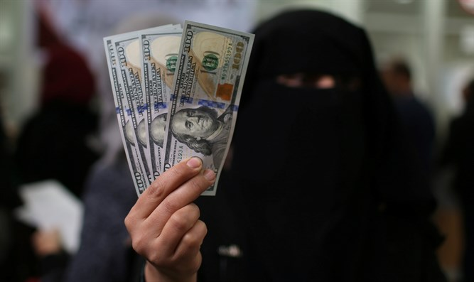 Gaza residents receive Qatari money