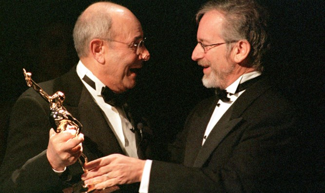 Steven Spielberg (r), presents Stanley Donen (l) with Ace Golden Eddie Award
