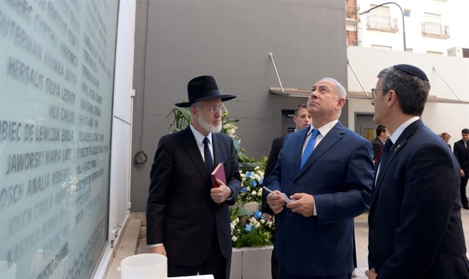 Rabbi Davidovich (left)