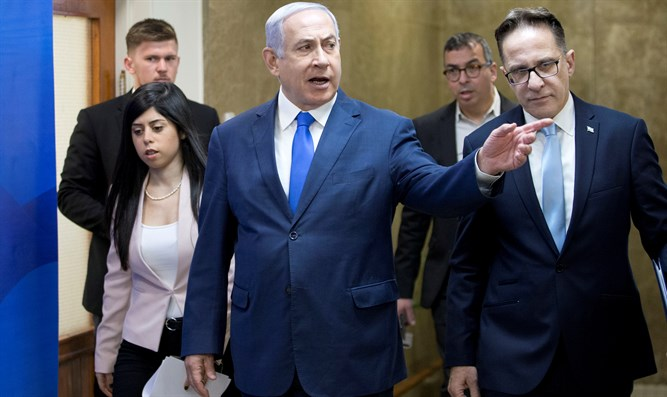 Binyamin Netanyahu heads to cabinet meeting, March 17 2019