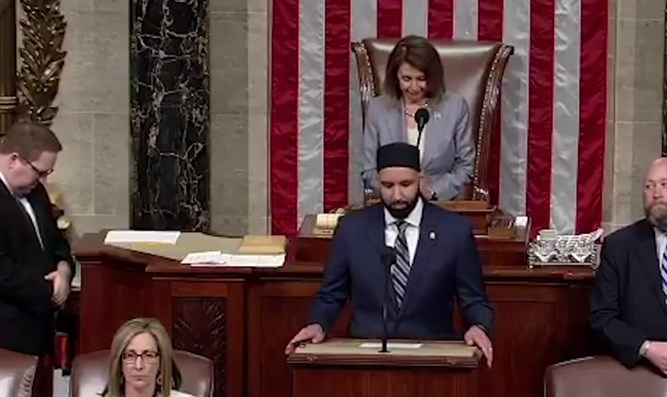 Omar Suleiman giving opening prayer for a session of House of Representatives