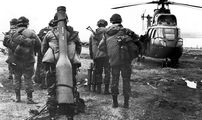 Argentinean soldiers board helicopter during 1982 Falkland War