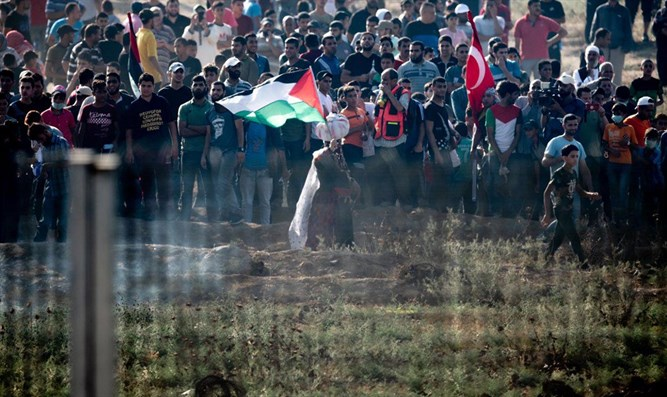 Arabs riot on Gaza border