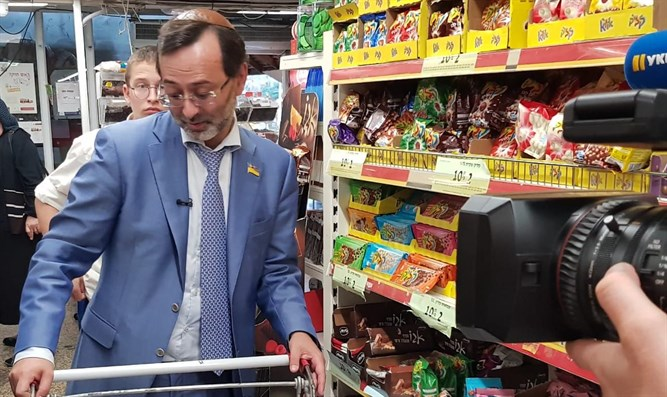 Ukrainian MP buys chocolate bars in Kfar Chabad.