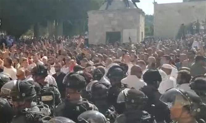 police, Muslim rioters clash on Temple Mount on Tisha B'Av
