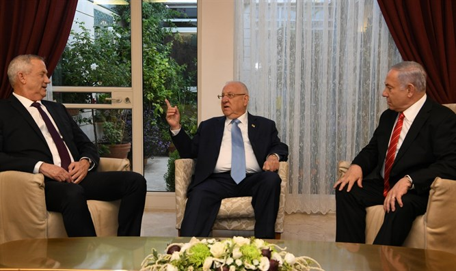 President Rivlin (c) with Netanyahu (r) and Gantz (l)