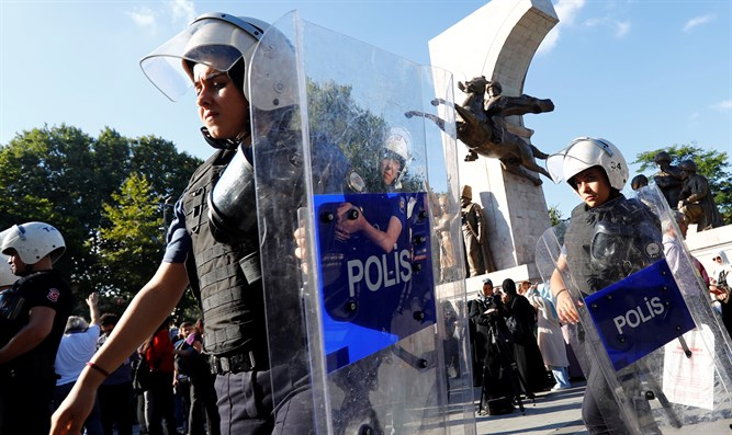 Turkish riot police guard demonstrators supporting Syria