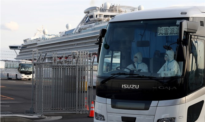 Bus prepared to take passengers from Diamond Princess